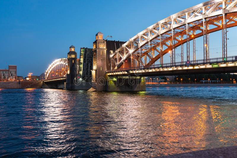 Pont de Bolsheokhtinsky à St Petersburg la nuit avec les envergures ouvertes au-dessus du Neva photographie stock