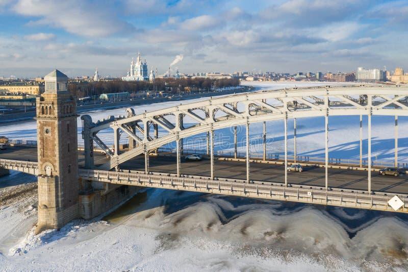 Pont de Bolsheokhtinsky par Neva River à St Petersburg pendant le jour ensoleillé d'hiver photos libres de droits