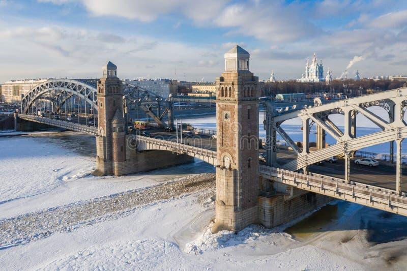 Pont de Bolsheokhtinsky par Neva River ? St Petersburg pendant le jour ensoleill? d'hiver image stock