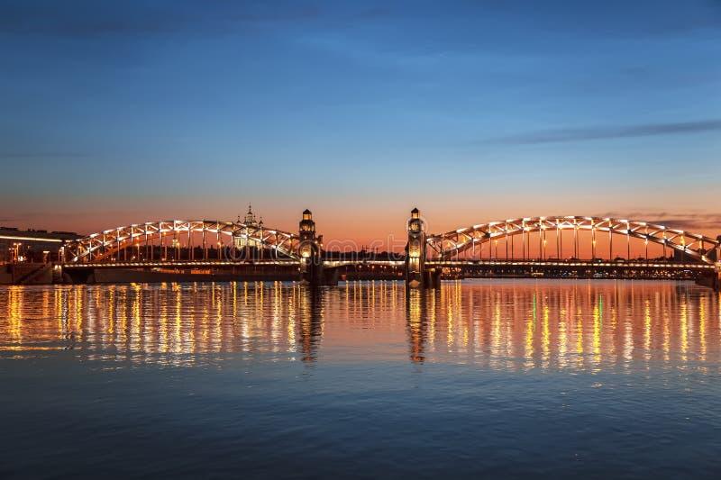Pont de Bolsheokhtinsky sur la rivière de Neva pendant les nuits blanches St Petersbourg, photographie stock
