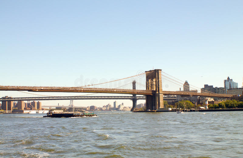 Pont de Brooklyn à New York d'un bateau photos stock