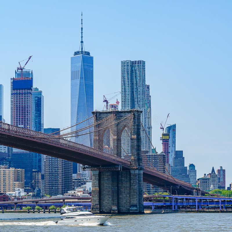 Pont de Brooklyn avec l'horizon inférieur de Manhattan, One World Trade Center à New York City images stock