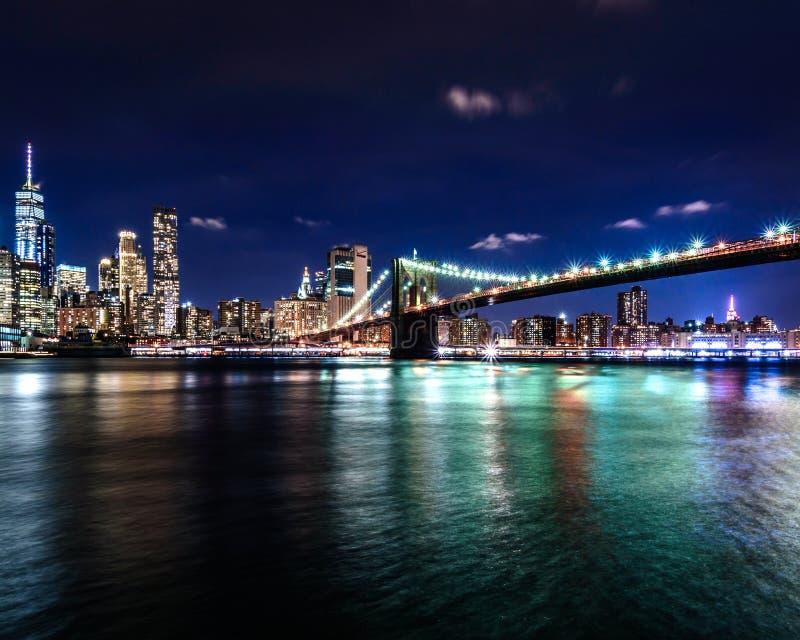 Pont de Brooklyn avec Manhattan la nuit photographie stock