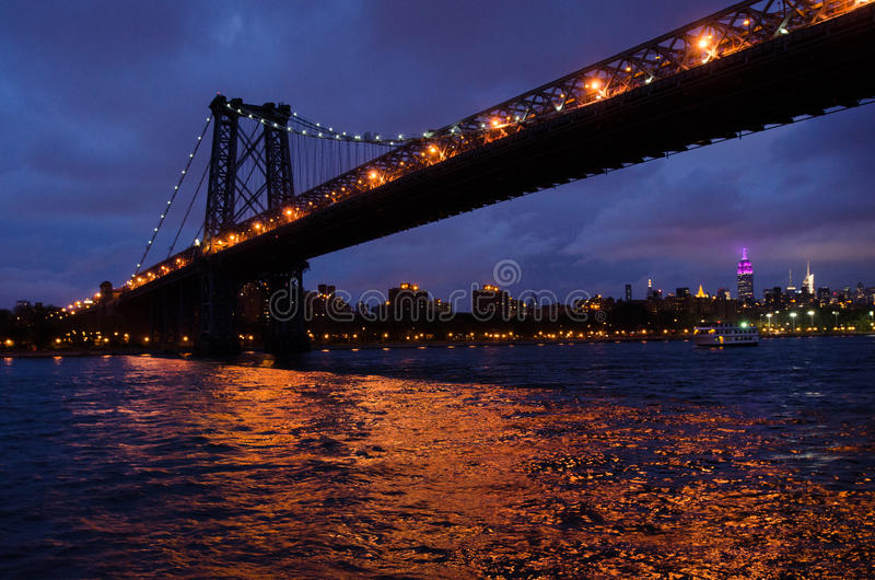 Pont de Brooklyn la nuit images libres de droits