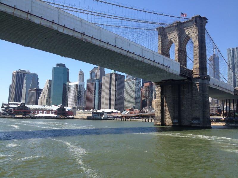 Pont de Brooklyn New York par l'intermédiaire de ferry photographie stock