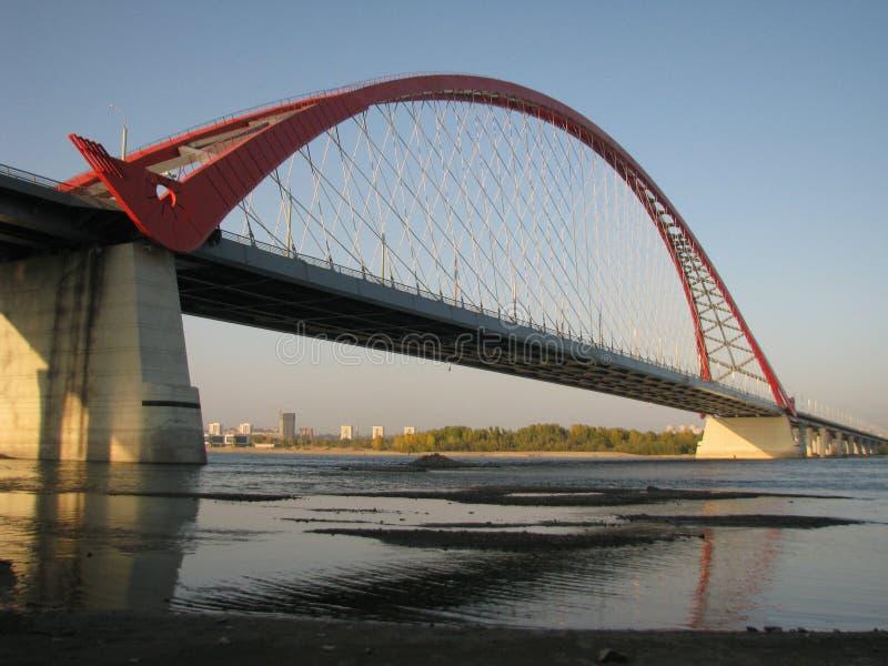 Pont de Bugrinsky en automne de Novosibirsk images stock
