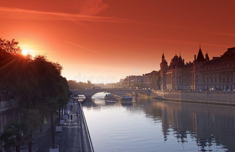 Pont de changement d'Au de Pont et quai de la Seine à Paris images libres de droits
