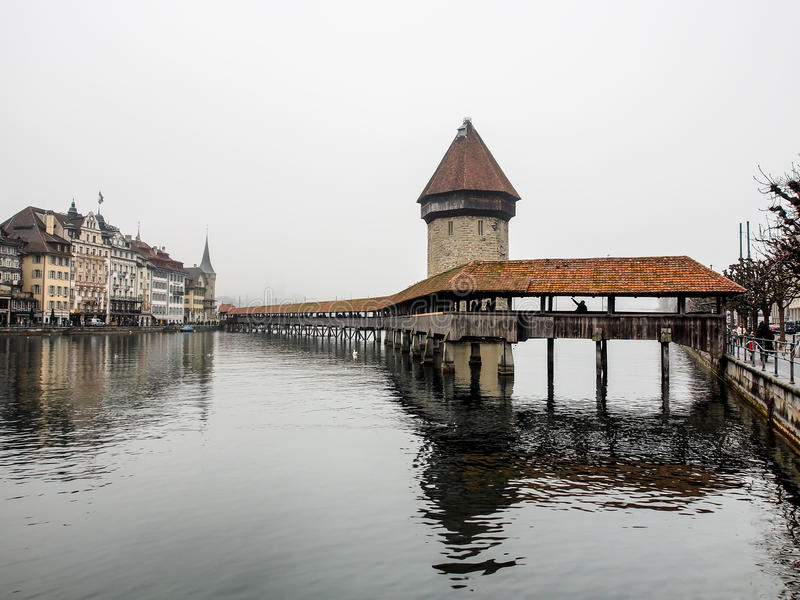 Pont de chapelle, dans la brume et le ciel nuageux image libre de droits