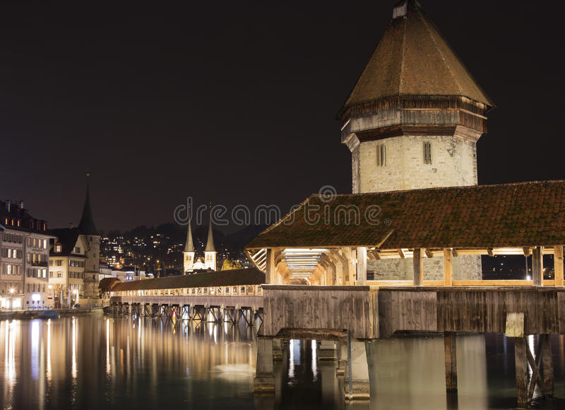 Pont de chapelle par nuit image stock