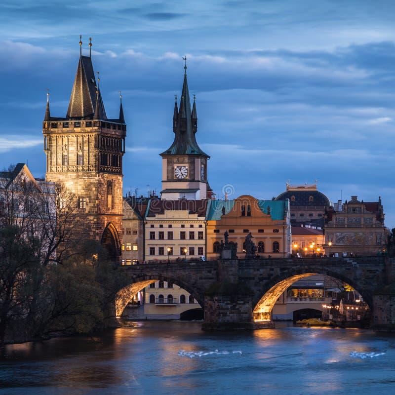 Pont de Charles à Prague au coucher du soleil image stock