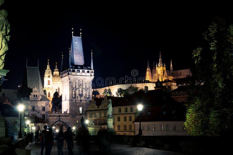 Pont de Charles et château, nuit Prague photo stock