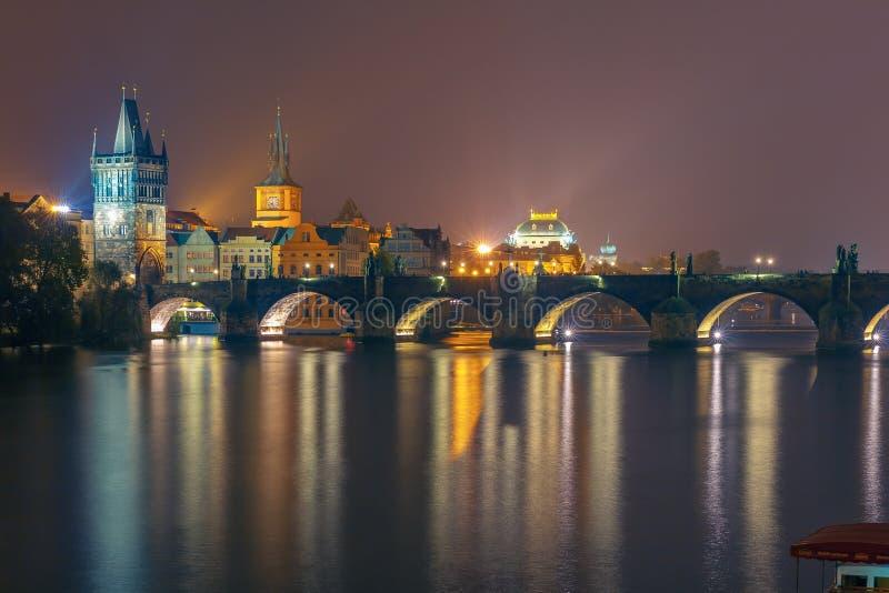 Pont de Charles la nuit à Prague, République Tchèque photographie stock