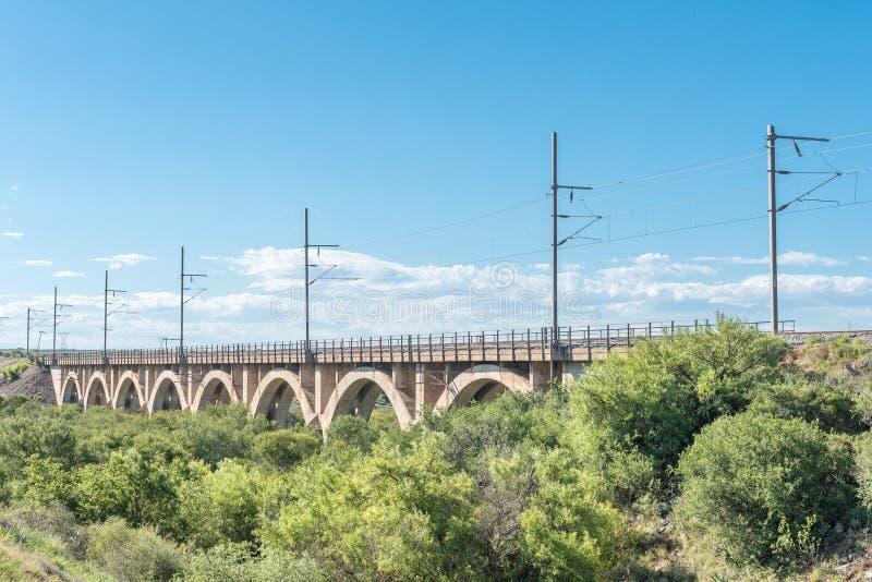 Pont de chemin de fer au-dessus de la petite rivière de poissons photographie stock