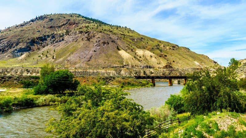 Pont de chemin de fer en acier de poutre au-dessus de Nicola River photographie stock
