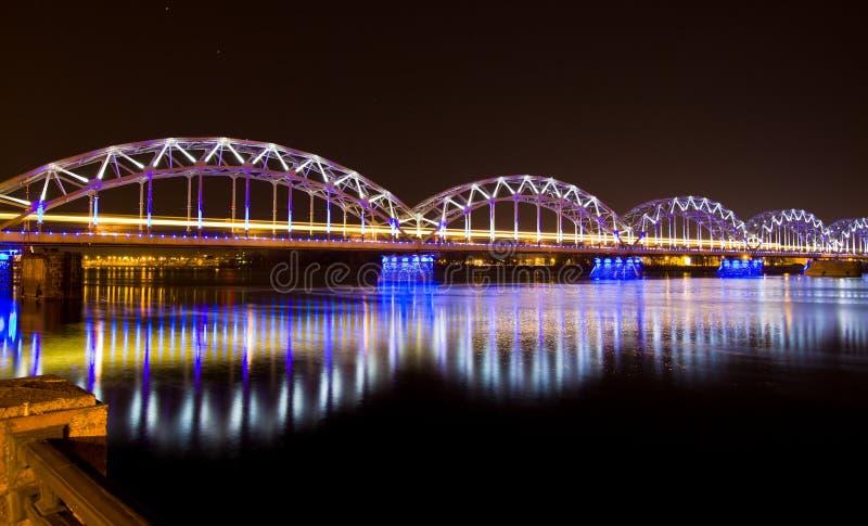 Pont de chemin de fer la nuit à Riga photo libre de droits