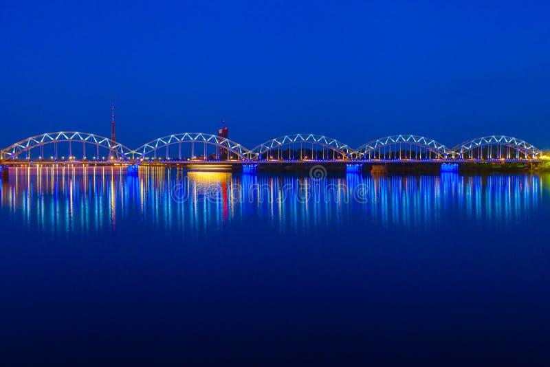 Pont de chemin de fer lumineux au crépuscule Riga, Lettonie photos stock