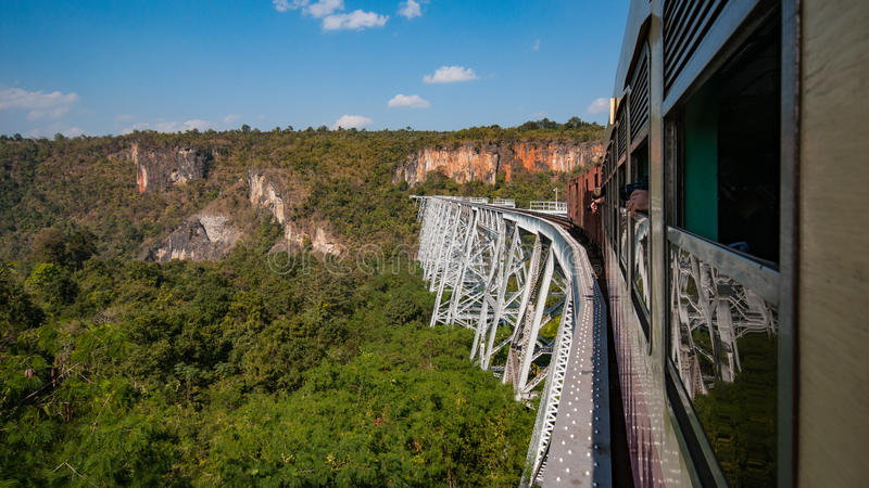 Pont de chemin de fer vert image stock