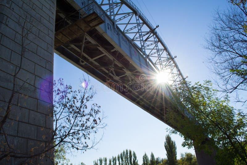 Pont de chemin de fer vert photo stock