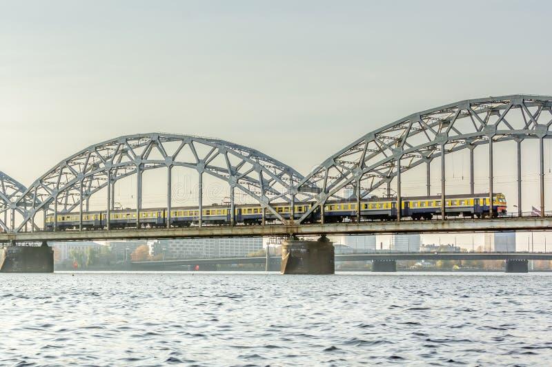 Pont de chemin de fer à Riga au-dessus de la rivière de dvina occidentale en automne en octobre photographie stock libre de droits