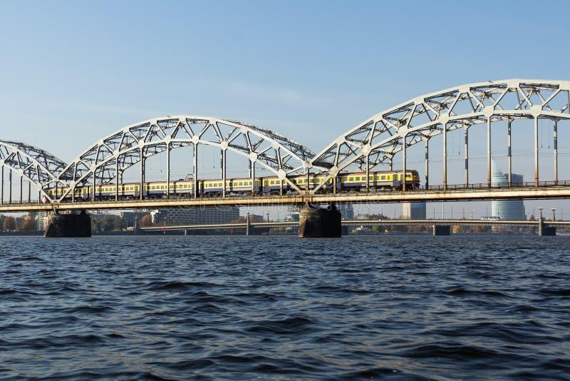 Pont de chemin de fer à Riga au-dessus de la rivière de dvina occidentale en automne en octobre photos stock