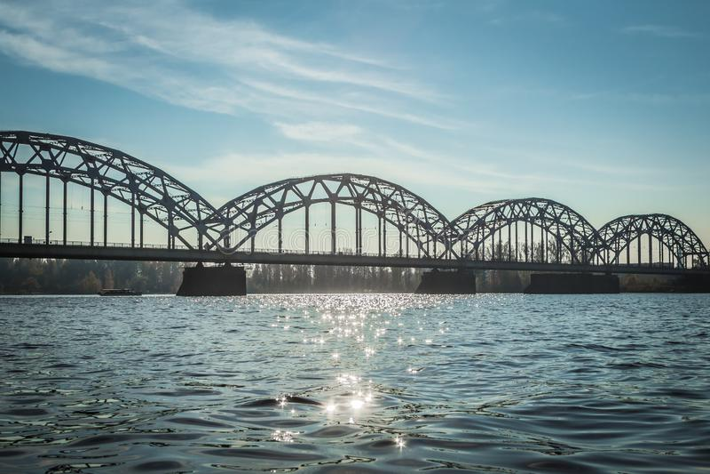 Pont de chemin de fer à Riga au-dessus de la rivière de dvina occidentale en automne en octobre photos libres de droits