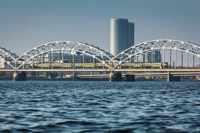 Pont de chemin de fer à Riga au-dessus de la rivière de dvina occidentale en automne en octobre photographie stock