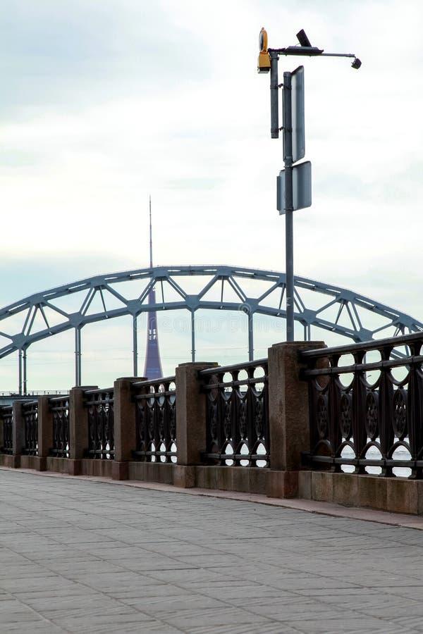 Pont de chemin de fer dans la ville de Riga photographie stock libre de droits