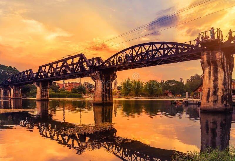 Pont de chemin de fer en acier du pont de chemin de fer de kwai ou de mort de rivière sur le coucher du soleil image libre de droits