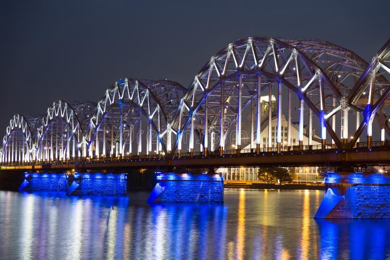 Pont de chemin de fer la nuit à Riga, Lettonie photo stock