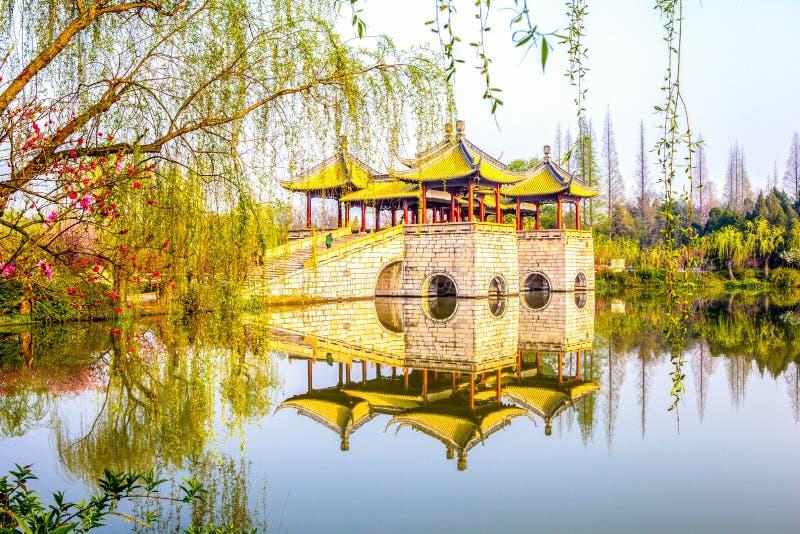 pont de cinq pavillons dans le lac occidental mince photo libre de droits