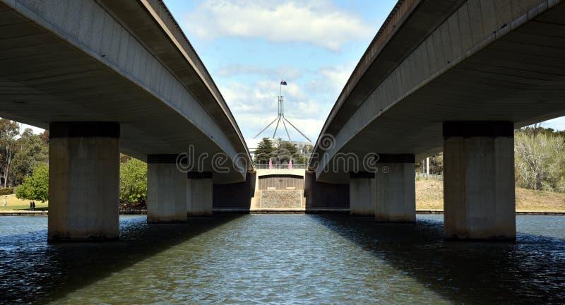 Pont de Commonwealth au-dessus du lac Burley Griffin dans la capitale Canberra de l'Australie Chambre australienne du Parlement à photo stock
