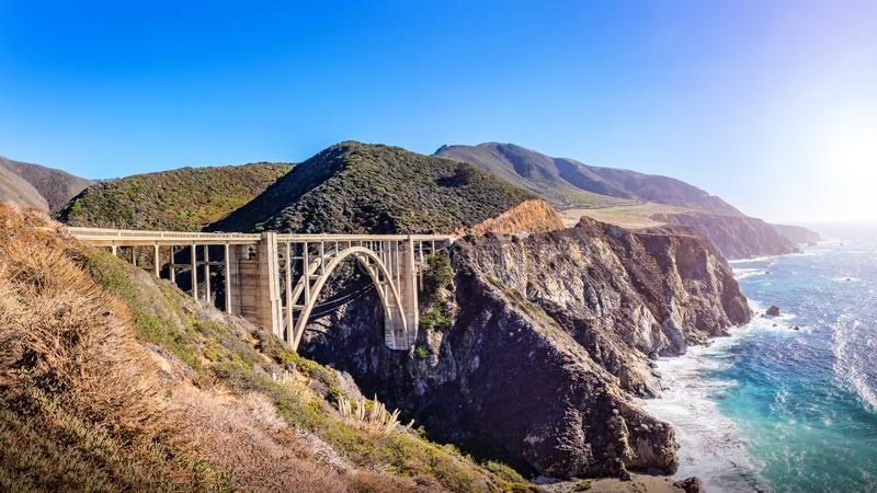 Pont de crique de Bixby à la route Pacifique, la Californie, Etats-Unis photographie stock libre de droits