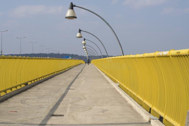 Pont de croisement pedistrian jaune au-dessus du fleuve Vistule à Cracovie, images libres de droits