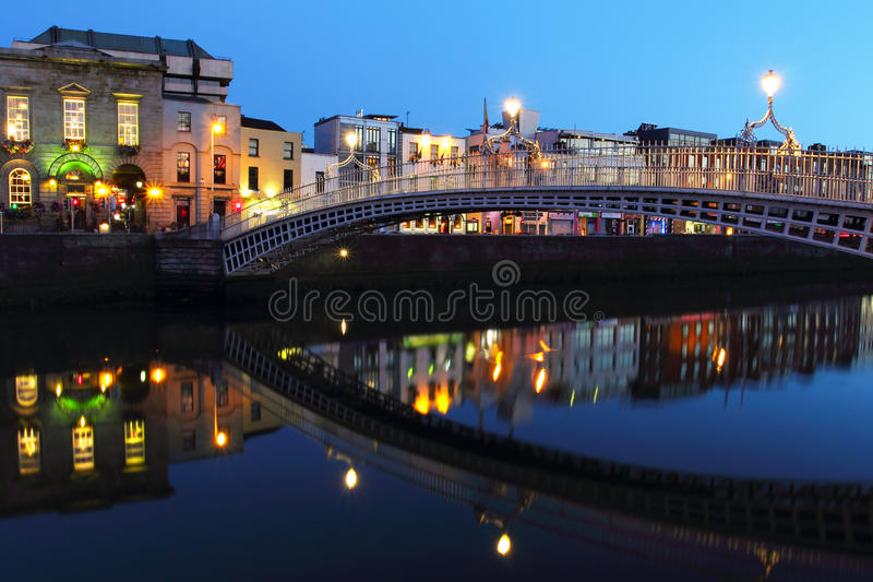 Pont de demi-penny la nuit à Dublin photo stock