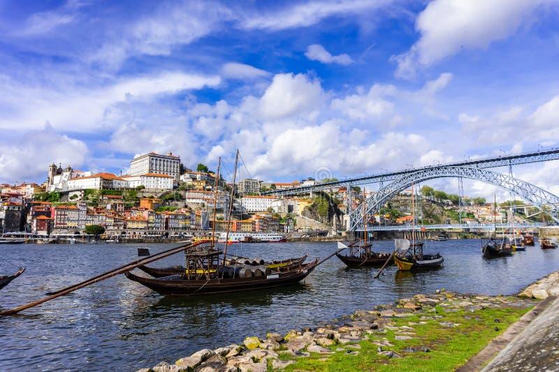 Pont de Dom Luis I et bateaux traditionnels sur la rivière de Rio Douro à Porto photographie stock