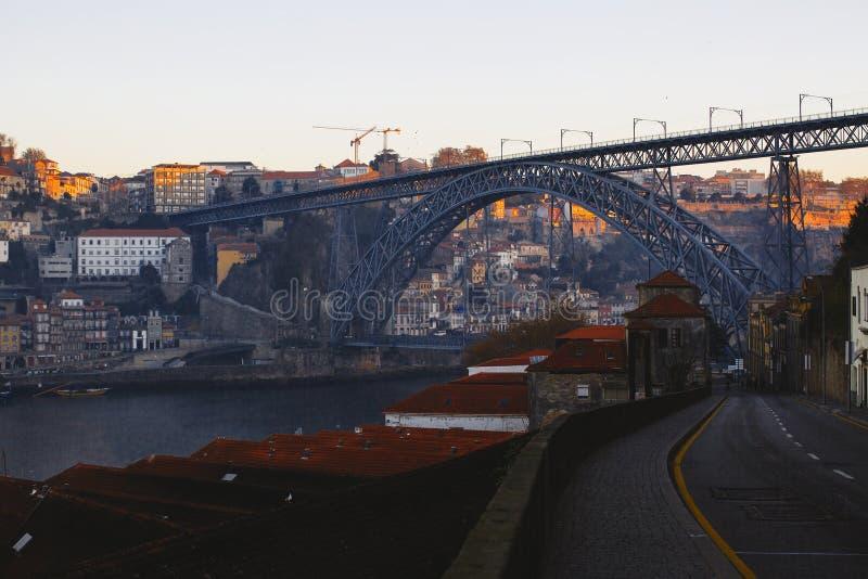 Pont de Dom Luis I et rivière de Douro pendant le lever de soleil, Porto photos libres de droits