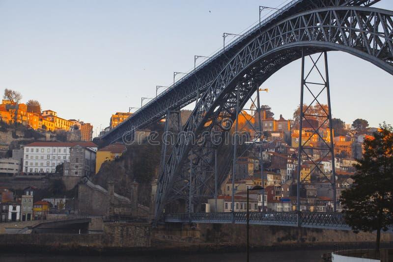 Pont de Dom Luis I et rivière de Douro pendant le lever de soleil, Porto image stock