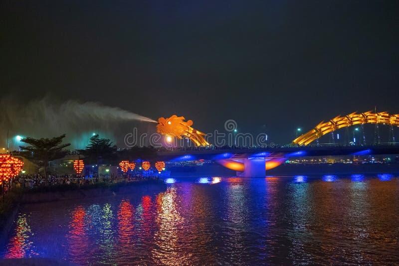 Pont de dragon dans le Da Nang, Vietnam, la nuit Le dragon soufflant le feu chaud hors de sa bouche Une attraction célèbre dans l images libres de droits