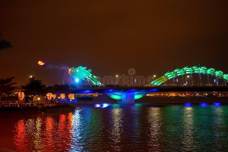 Pont de dragon dans le Da Nang, Vietnam, la nuit Le dragon soufflant le feu chaud hors de sa bouche Une attraction c?l?bre dans l images libres de droits