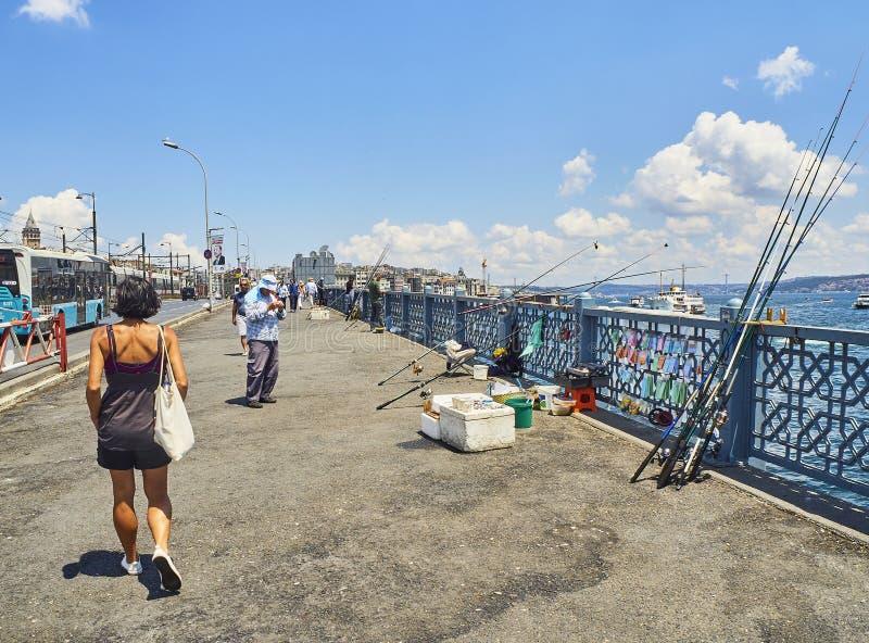 Pont de Galata au-dessus de la baie d'or de klaxon Istanbul, Turquie photo libre de droits