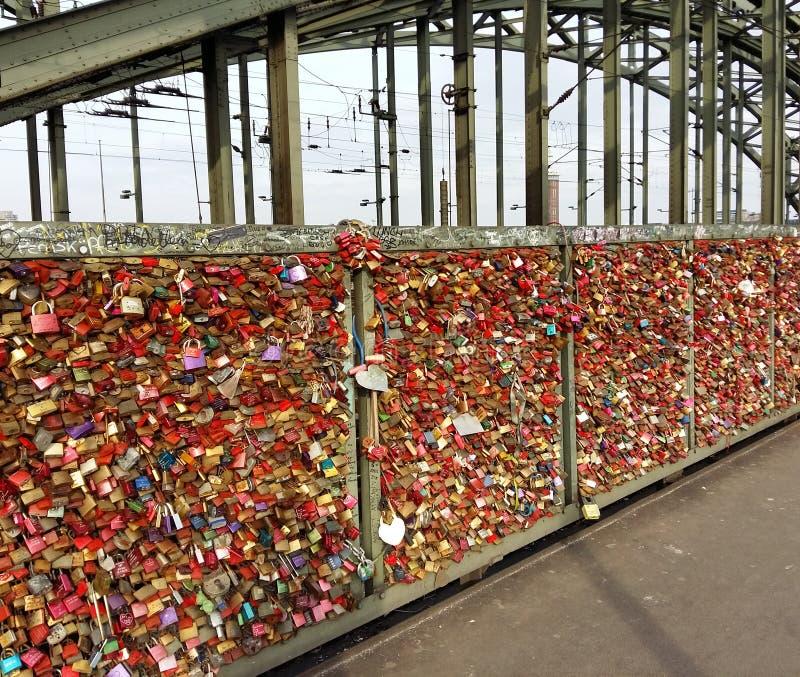 Pontde HohenzollernCologne Allemagne Amour pour toujours photographie stock libre de droits
