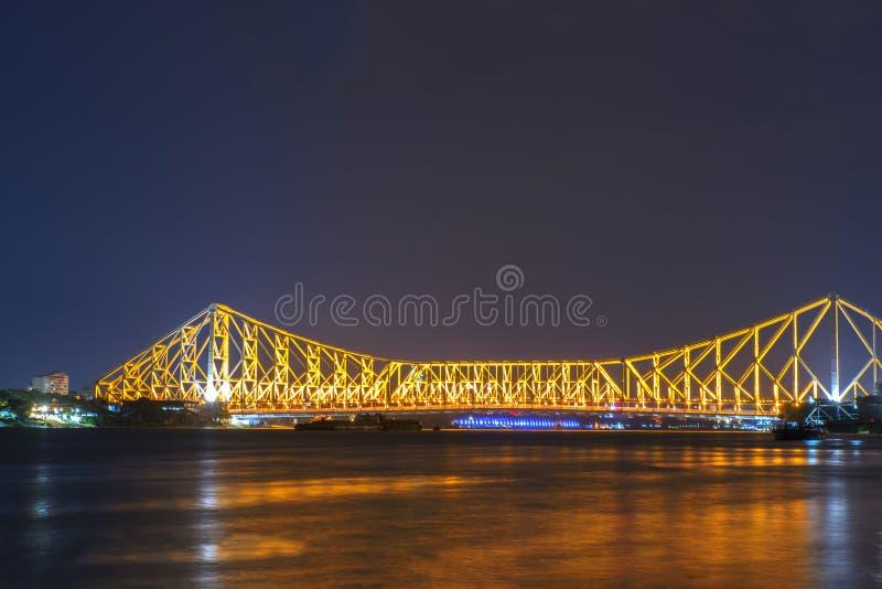Pont de Howrah dans la lueur d'or photographie stock
