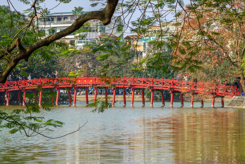 Pont de Huc au lac Hoan Kiem, Hanoï, Vietnam image libre de droits