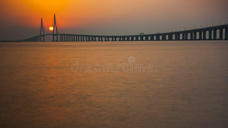 Pont de Jintang dans le coucher du soleil photo stock