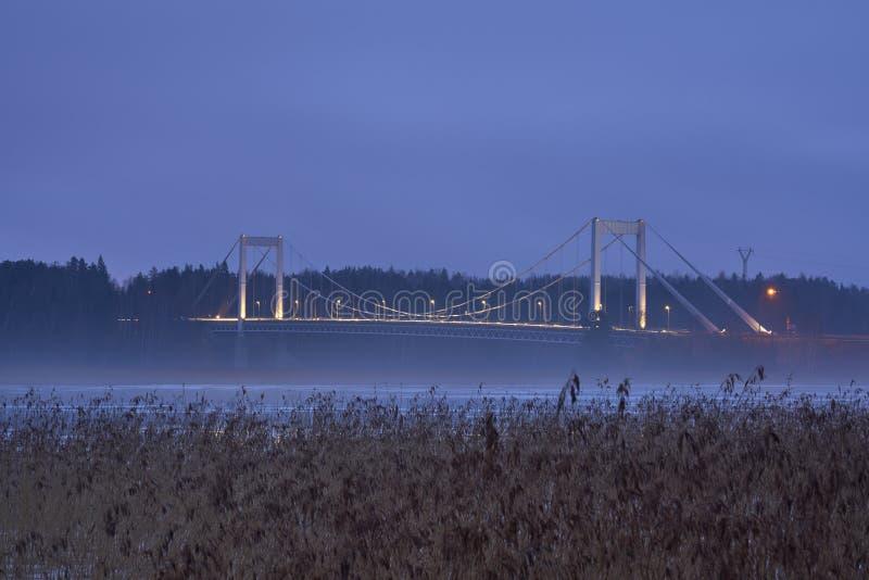 Pont de Kirjalansalmen dans Parainen, Finlande une soirée brumeuse photo stock