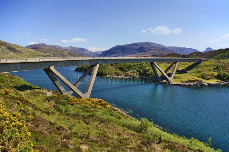 Pont de Kylesku à travers le loch un irn Bhàde Chà de `dedans, Sutherland, Ecosse photographie stock libre de droits