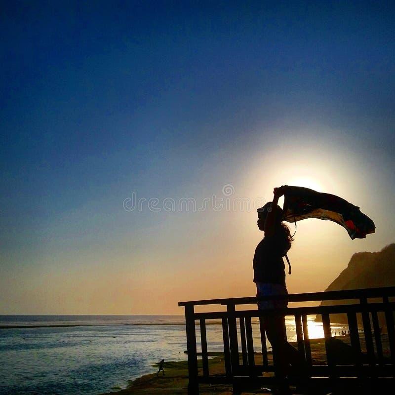 Pont de l'adolescence gratuit en plage d'amour d'espoir images stock