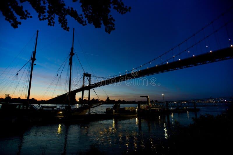 Pont de l'Aquitaine par le Bordeaux de nuit photographie stock libre de droits