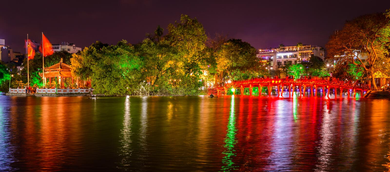 Pont de lac et de Huc hanoi Hoan Kiem la nuit, Vietnam images libres de droits