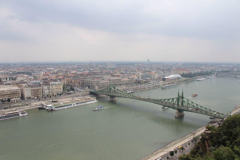Pont de liberté à Budapest (Szabadsag s'est caché) photo libre de droits